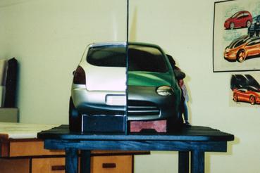 Itt láttam először a GM zseniális tükrös megoldását. Egy-egy dizájnból két verzió készült, de csak a felét formázták meg, és a két fél között tükör volt, így nem kellett annyit melózni a modellel