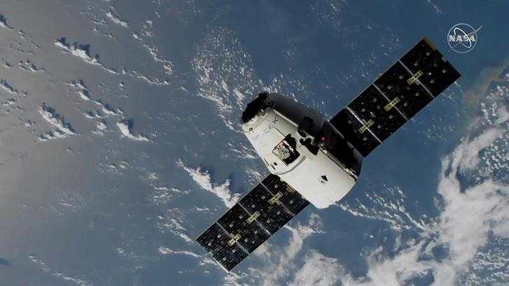SpaceX Dragon az Atlanti-óceán fölött