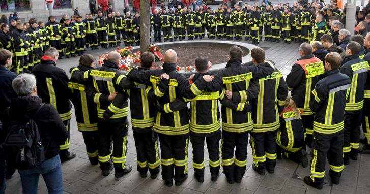 Tűzoltók megemlékezése elhunyt társukra