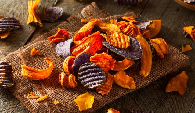 Különleges zöldségcsipszek: fahéjas cékla- és köményes-barna cukros fehérrépaszeletek