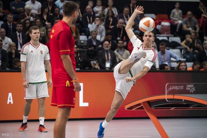 A későbbi győztes Blázsovics Ádám (b) és Bányik Csaba páros a montenegrói Bogdan Marojevic és Mitro Nikola elleni mérkőzésen a teqball-világbajnokság páros döntőjében a budapesti Vasas Sportcsarnokban 2019. december 8-án.