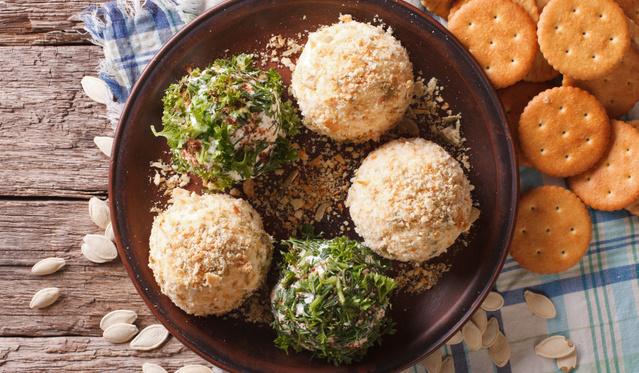 Egyszerű, ünnepi vendégváró: parmezános sajtgolyók snidlingbundában