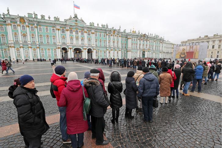 Látogatók sora a a szentpétervári Ermitázs múzeum előtt