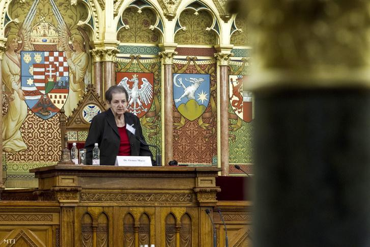 Ormos Mária 2014-ben elnökölt az Országházban egy konferencián