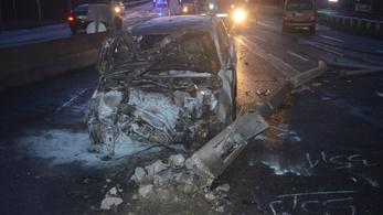 Kiégett az autója eleje, miután nekihajtott egy jelzőtáblának és egy lámpaoszlopnak