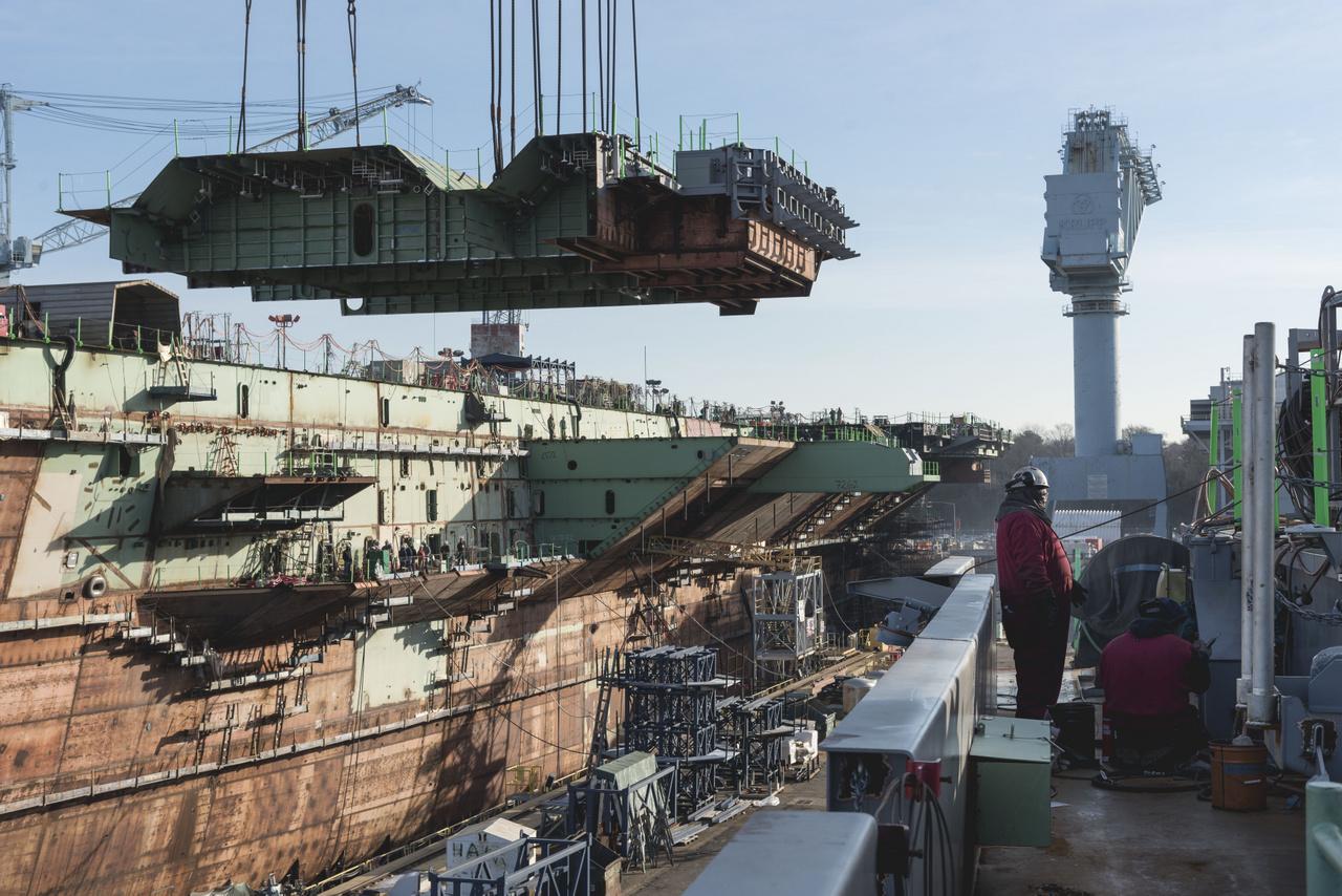 2019. március 13. Beemelik a hajó egyik szuperliftjét, amin a fedélzet alatti hangárban tárolt harci repülőgépek jutnak fel majdan a repülőfedélzetre.