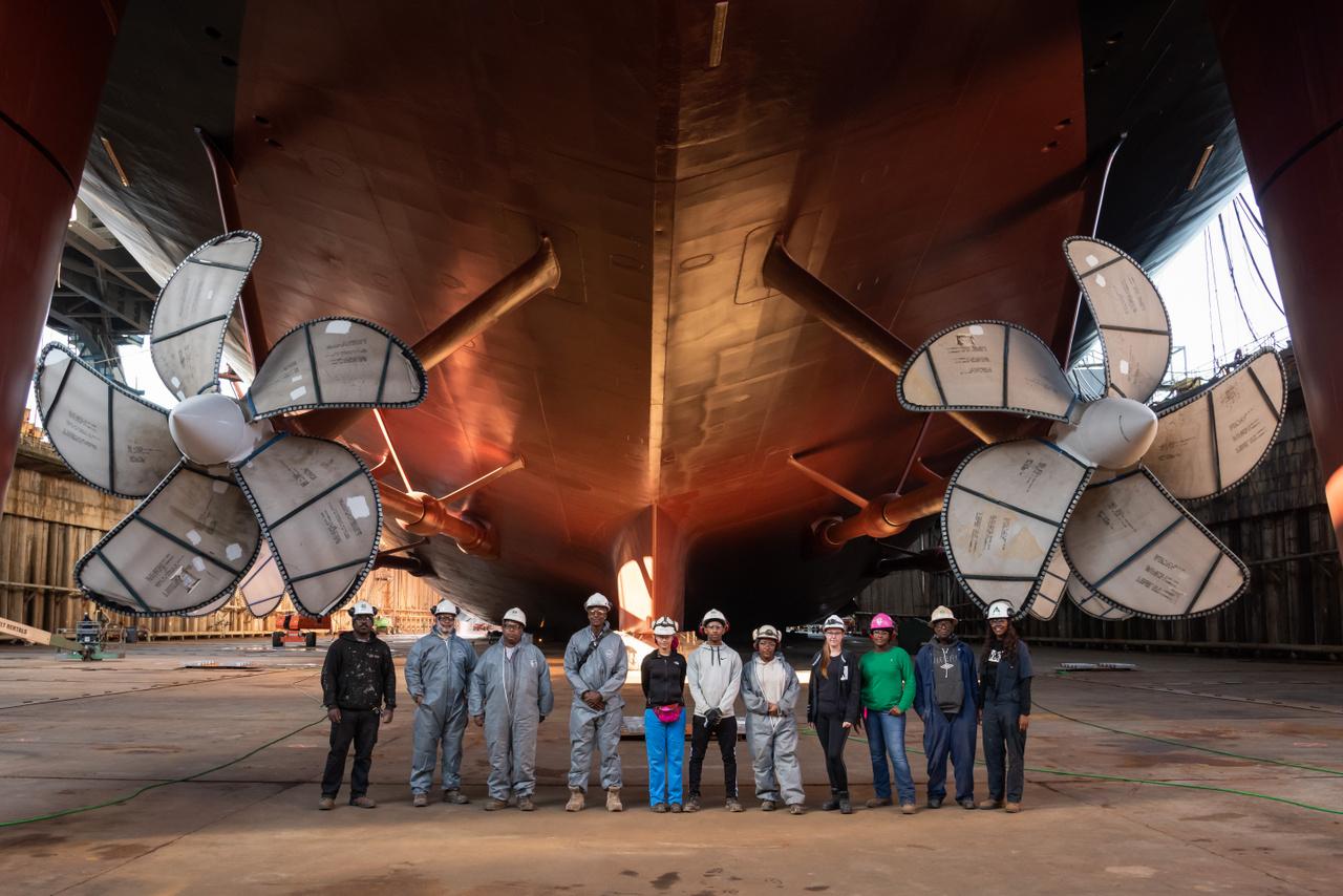 2019. október 23. A vízrebocsátásra kész hajóval pózol munkások egy csoportja.