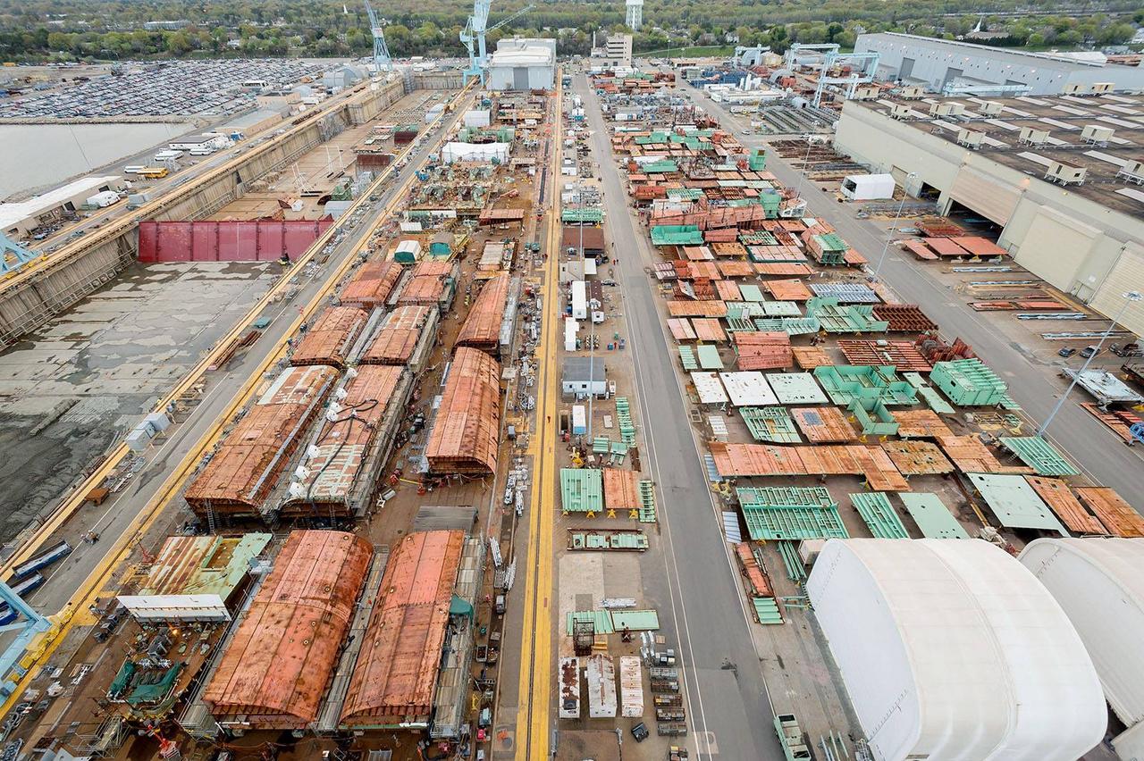 A világ legnagyobb legókészlete, ezekből a hatalmas, előre gyártott acélelemekből rakták össze 4 év alatt a hajót. (Nota bene: a képen nincs rajta az összes elem.)