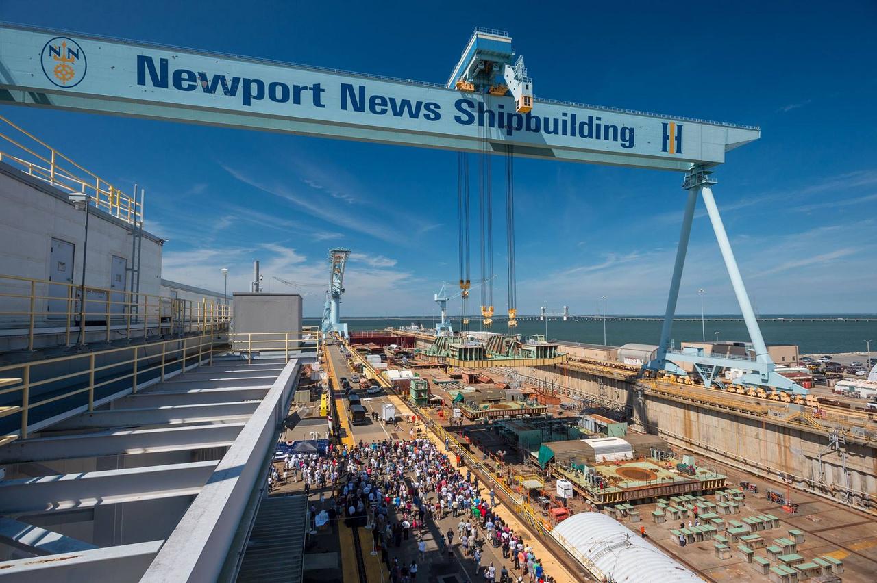 Még egy kép a 2015. augusztus 22-i ünnepségről: ekkor történt a hajógerinc lefektetése, a USS John F. Kennedy (CVN 79) első darabjainak beemelése a hajógyár összeszerelő dokkjába (ez a Dry Dock 12, a gyár harmadik, legnagyobb, 660 méter hosszú szárazdokkja).