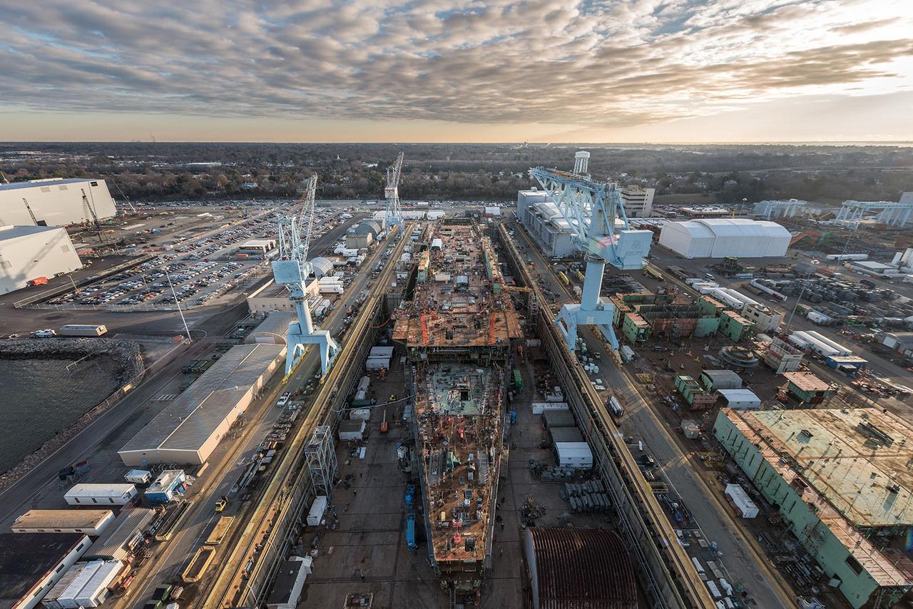 Ez a 2018. január 25-i felvétel madártávlatból mutatja a hajógyárat és a javában épülő repülőgéphordozót. A fotós egyébként nem sashátról fényképezett, hanem a már fentebb említett Big Blue nevű hatalmas portáldaruról.