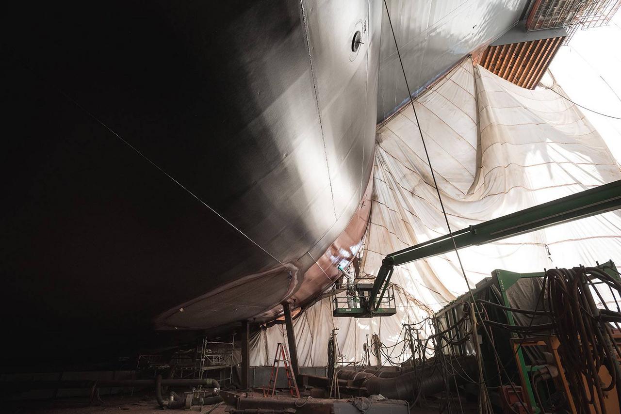 2019. július: festik a hajótestet.