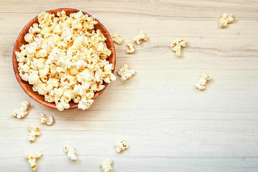 Aki imád popcornt rágcsálni filmnézés közben, annak jó hír, hogy nem kell lemondania róla, hiszen tele van rostokkal, amik segítik az emésztést. A mikrós változat helyett érdemes a teljesen natúrt választani és azt kisütni otthon.