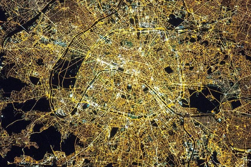 Párizs a fények városa - és valóban! Az esti műholdkép a francia fővárosról egyszerűen gyönyörű.