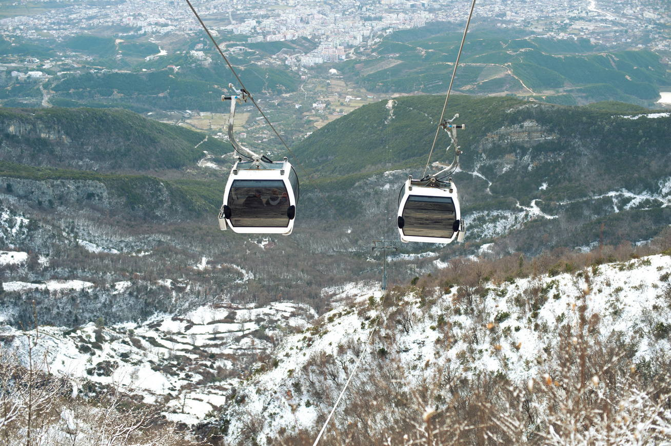 Albánia utazás Tirana sikló télen