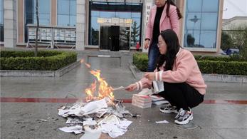 Könyvégetés borzolja a kedélyeket Kínában