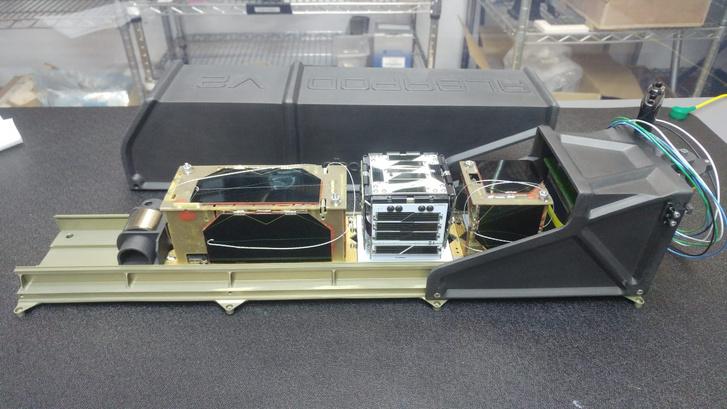 Balra az ATL-1, jobbra a SMOG-P az Alba Orbital műholdkilövőjén