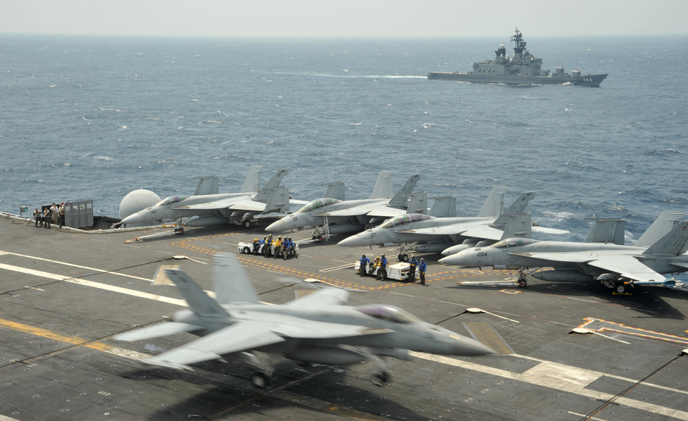 A USS George Washington és a japán JS Kurama az amerikai-japán-koreai gyakorlaton.