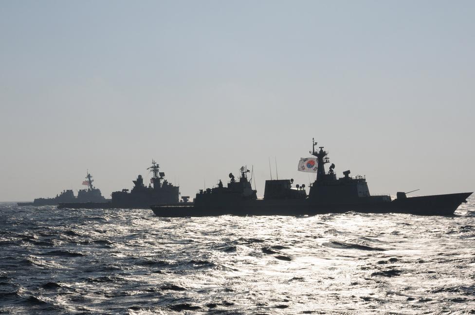 Közös távol-keleti gyakorlat: az Arleigh Burke-osztályú irányított rakétás romboló USS McCampbell (balra), a japán JS Kurama romboló (középen) és a dél-koreai Munmu the Great haladnak formációban a Kelet-Kínai-tengeren.