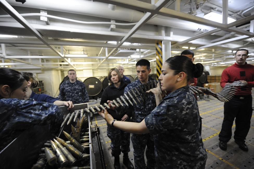 Fegyverkezelési kiképzés a USS Nimitz anyahajón.