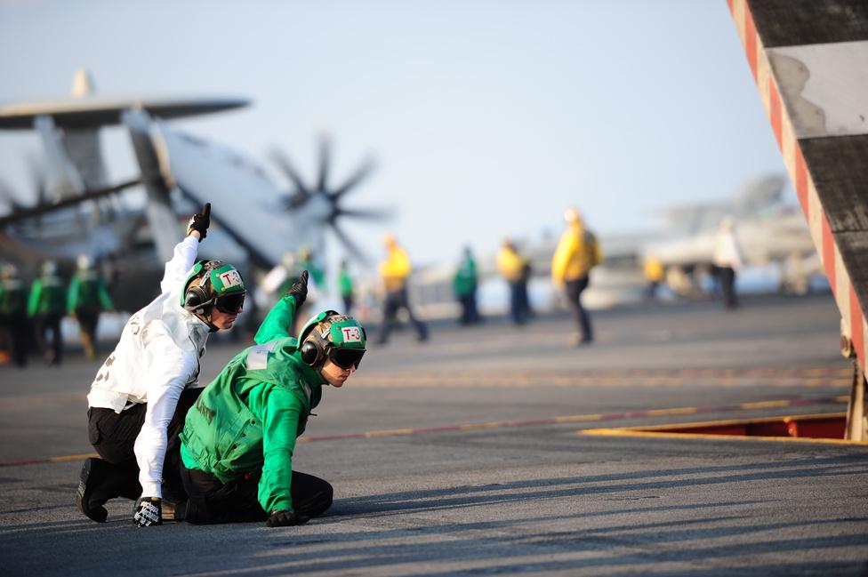 Felszállás előtti pillanat a USS George H.W. Bush hordozón Joshua Ginieczki (balra) és Kurtis Cox gépkezelők jeleznek felszállás előtt: Kész!