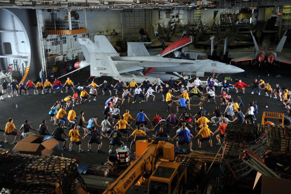 A USS George Washington a Dél-Kínai-tengeren, a matrózok tornaórán vesznek részt az egyik hangárban.