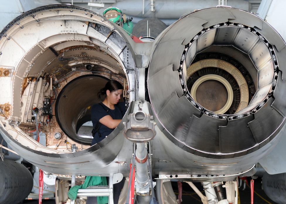 Munka az Arab-öbölben járó USS Abraham Lincoln repülőgép-hordozón: Cindy Harbison repülőgép-szerelő egy  F/A-18C Hornet hajtóművében.