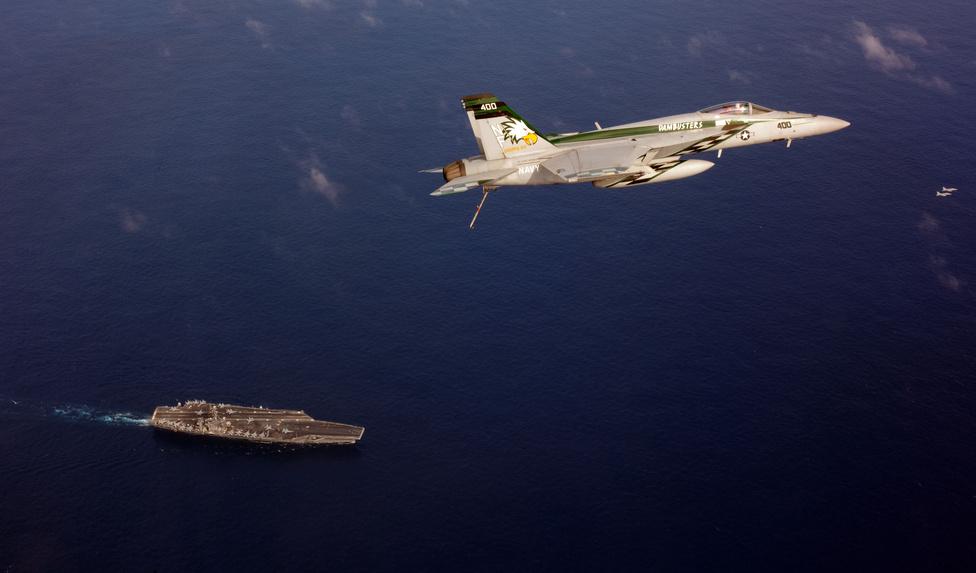 A USS George Washington és egyik F/A-18E Super Hornet gépe a Csendes-óceánon.