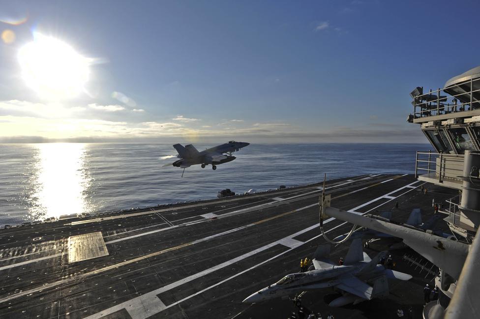 Csendes-óceán: egy F/A-18E Hornet startol át a USS Nimitz leszálló fedélzete fölött.