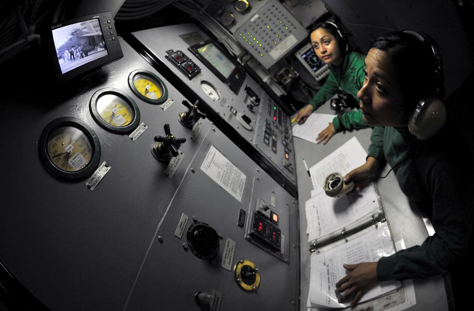 Alejandrina Alonzo (jobbra) és Vernice Rendon az Atlanti-óceánon járó USS George H.W. Bush gőzkatapultjának működését figyelik.