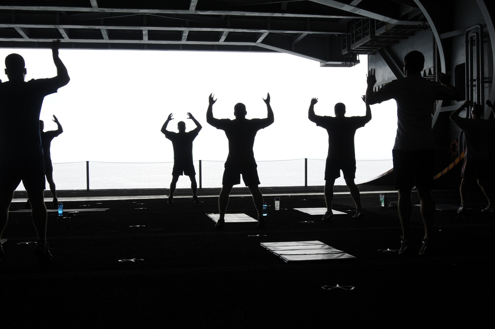 Reggeli torna a USS George H.W. Bush repülőgép-hordozó egyik fedélzet alatti hangárjában.
