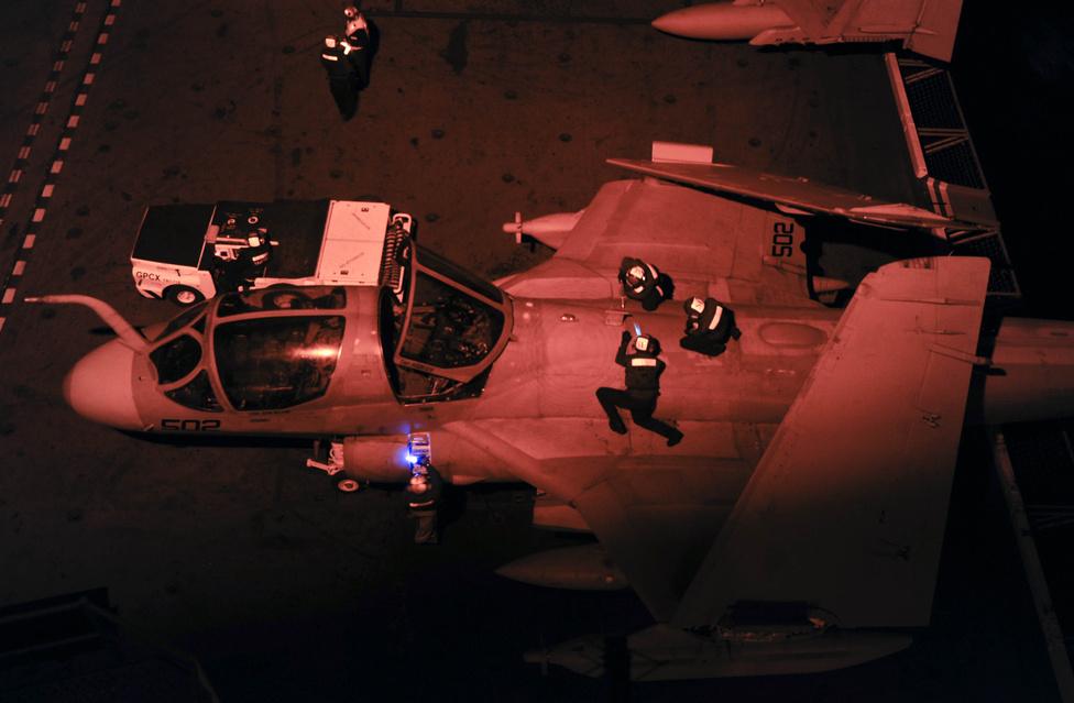 Éjszakai bevetésen: karbantartók dolgoznak egy EA/6-B Prowler csatarepülőgépen a USS Nimitz repülőgép-hordozón.