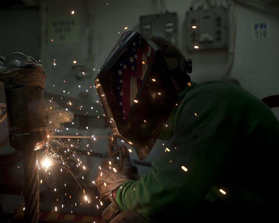 Munkában a philadelphiai Devin McMaster a USS George Washington egyik lakatos műhelyében.