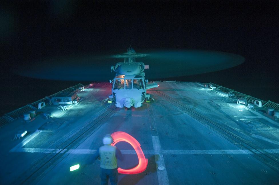Egy SH-60B Sea Hawk helikopter leszállás után a USS Nitze romboló fedélzetén, az Ádeni-öbölben.