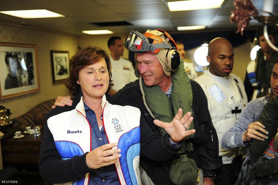 Az Egyesült Államok előző elnöke, George W. Bush és lánya, Dorothy Bush Koch látogatóban a USS George H.W. Bush repülőgép-hordozón.