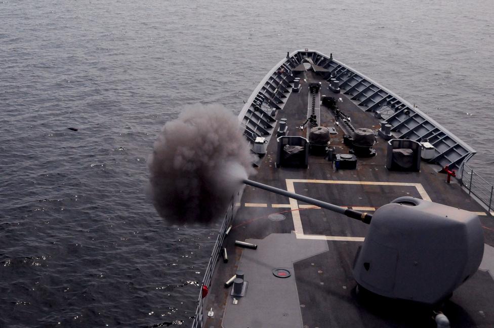 Lőgyakorlat a USS Normandy cirkálón. A képen jól látszik a kilőtt lövedék is.