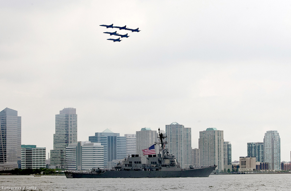 A haditengerészet Kék Angyalok műrepülő-köteléke húz el a Hudson folyón hajózó USS Donald Cook irányított rakétás romboló fölött, New York-ban.