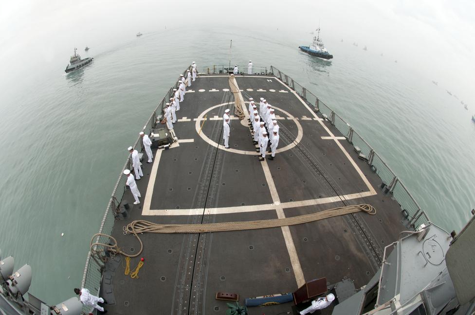 Sorakozó a Peru partvidéke közelében járó USS Underwood fregatt fedélzetén.