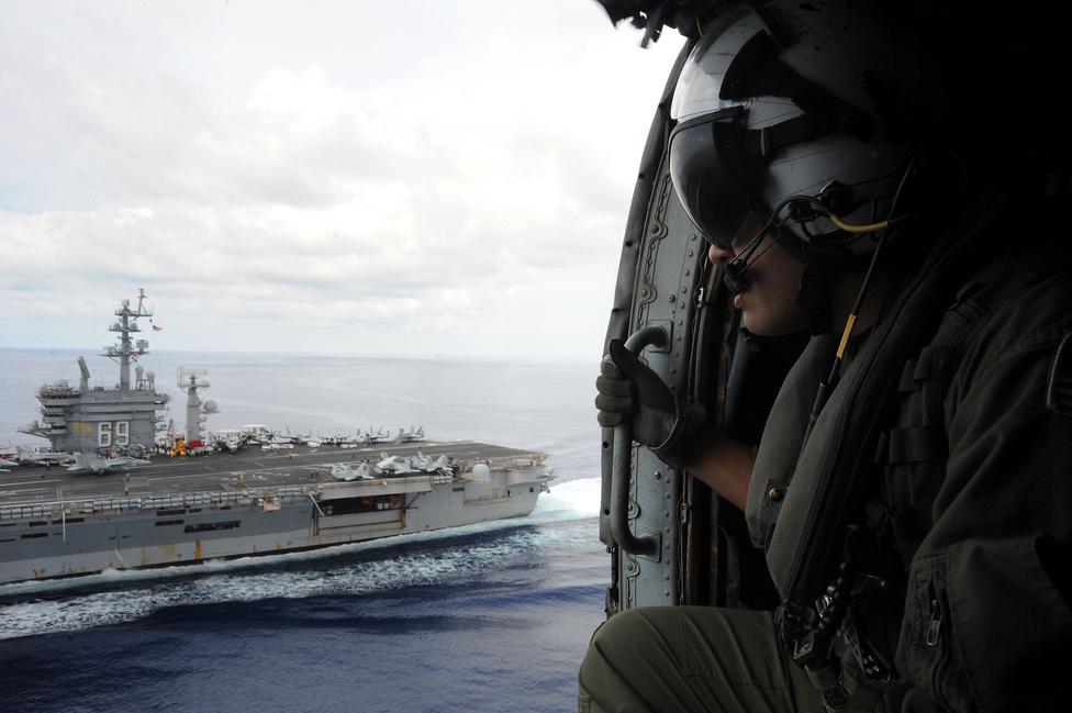 Ken Carbone a USS Dwight D. Eisenhower hordozót figyeli egy HH-60H Sea Hawk ajtajából.