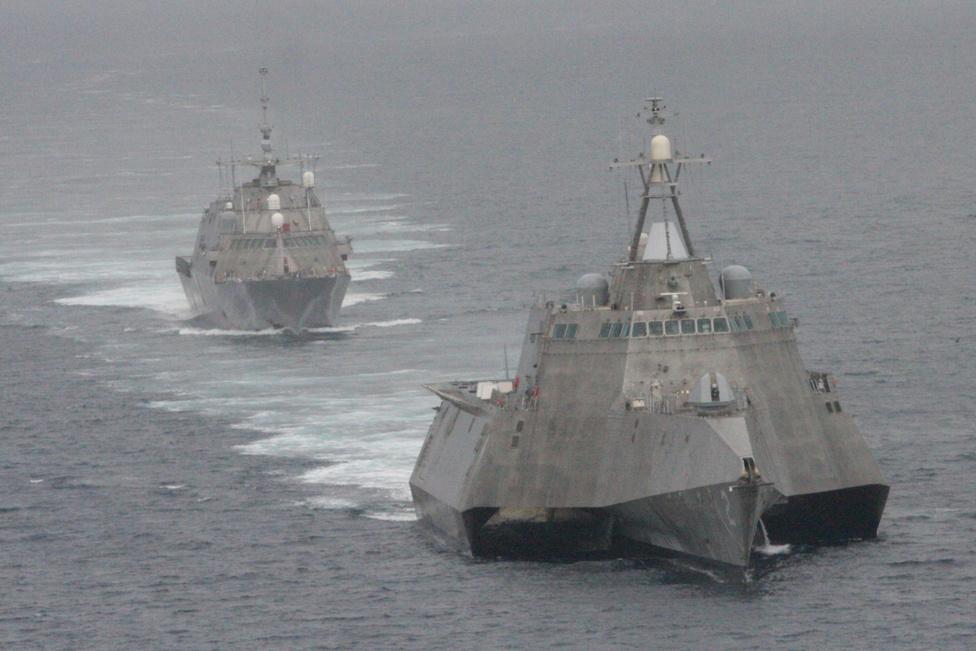 Az amerikai haditengerészet legmodernebb hajói, a USS Freedom és a USS Independence trimarán (előtérben). A gyors, fordulékony naszádok partmenti harci feladatok elvégzésére lettek kifejlesztve.