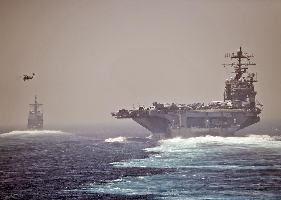 A USS Abraham Lincoln hordozót a USS Cape St. George rakétanaszád kíséri a Hormuzi-szorosban, Irán közelében.