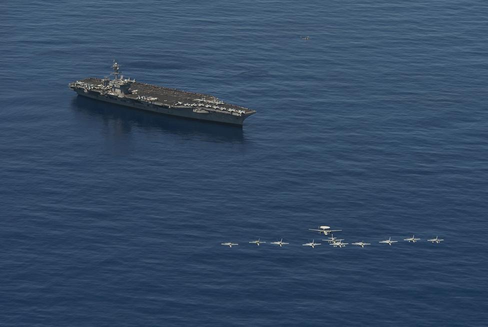 Csendes-óceáni életkép: a USS Carl Vinson fölött 11 gépből álló kötelék húz át.