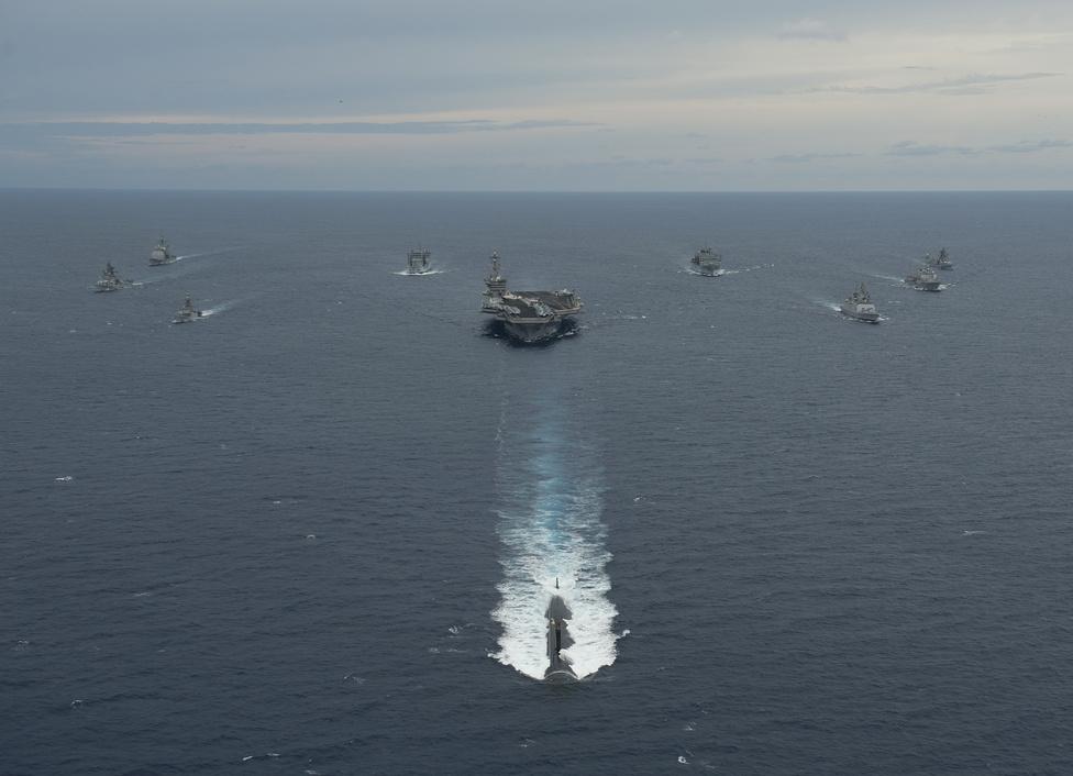 Flotta a Bengáli-öbölben. Középen a Nimitz-osztályú repülőgép-hordozó, a USS Carl Vinson.