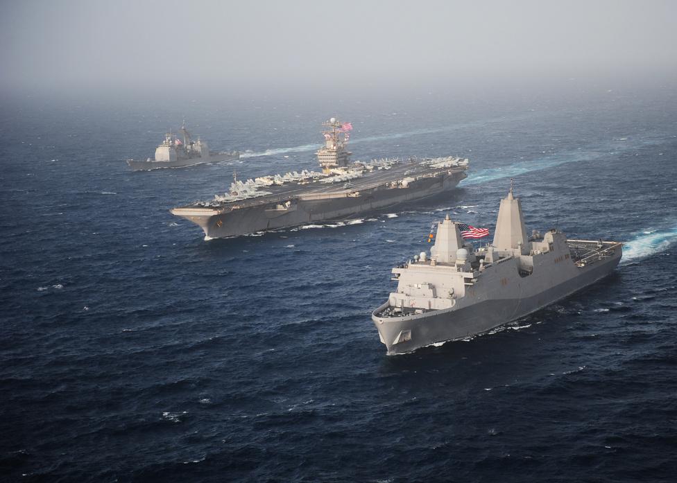 Előtérben a kétéltű járműveket széllító USS New York partraszálló hajó, mellette a USS Abraham Lincoln repülőgép-hordozó, hátul a USS Cape St. George rakétanaszád.
