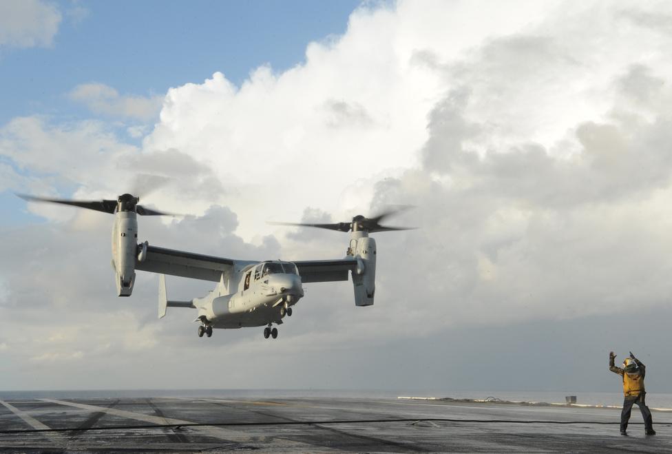 Christopher W. Landrum egy MV-22 Osprey landolását segíti a USS George H.W. Bush repülőgép-hordozó fedélzetén.