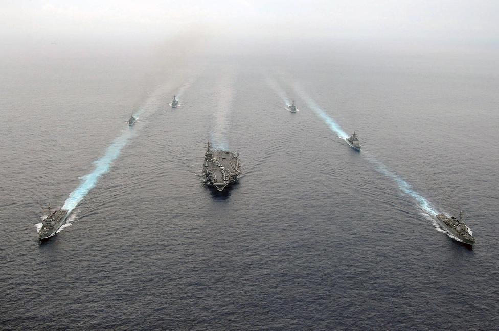 A 8-as számú csapásmérő egység alakzatban hajózik. Középen a Dwight D. Eisenhower elnökről elnevezett repülőgép-hordozó.