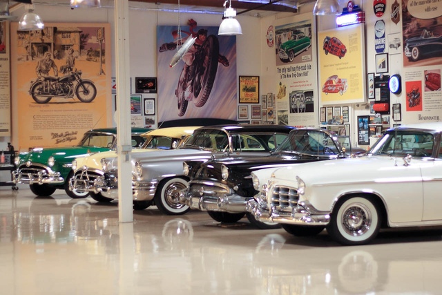 Balról jobbra: két Hudson Hornet, két Buick Roadmaster és egy Chrysler Imperial