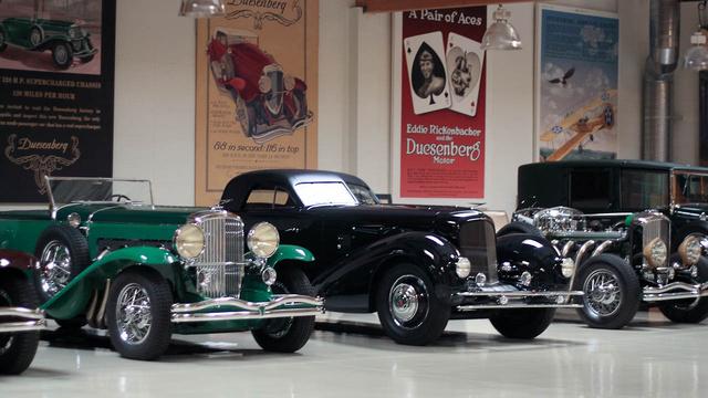 A Duesenberg-gyűjtemény. A középen álló kék 1934-es Duesenberg Aerodynamic Walker Coupe valamikor Levi Strauss-t szolgálta, és a legdrágább gyári karosszériás Duesenberg