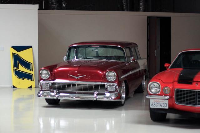 Az 1956-os Chevy Nomad több mint 500 lóerős. Bob nagy kedvence, ha csak teheti, beindítja a hangja miatt. Nekünk is életre keltette.