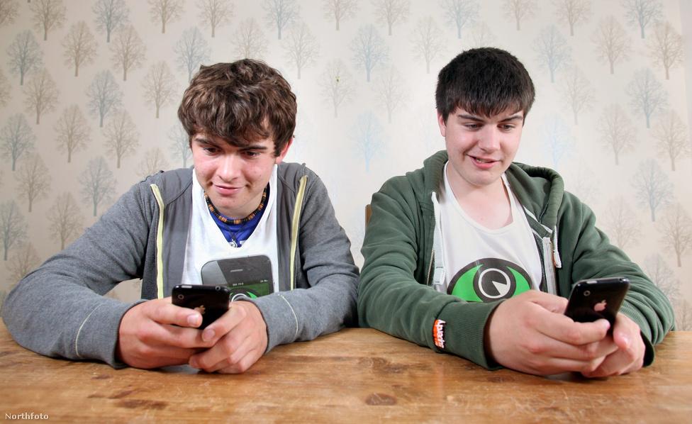 Nagy-Britania legfiatalabb alkalmazás-fejlesztői: a 13 éves Aaron Bond (jobbra) és a 16 éves Sebastian McNeill játékában, a Spudrun-ban egy krumplival kell különféle labirintusokban kiutat találni.