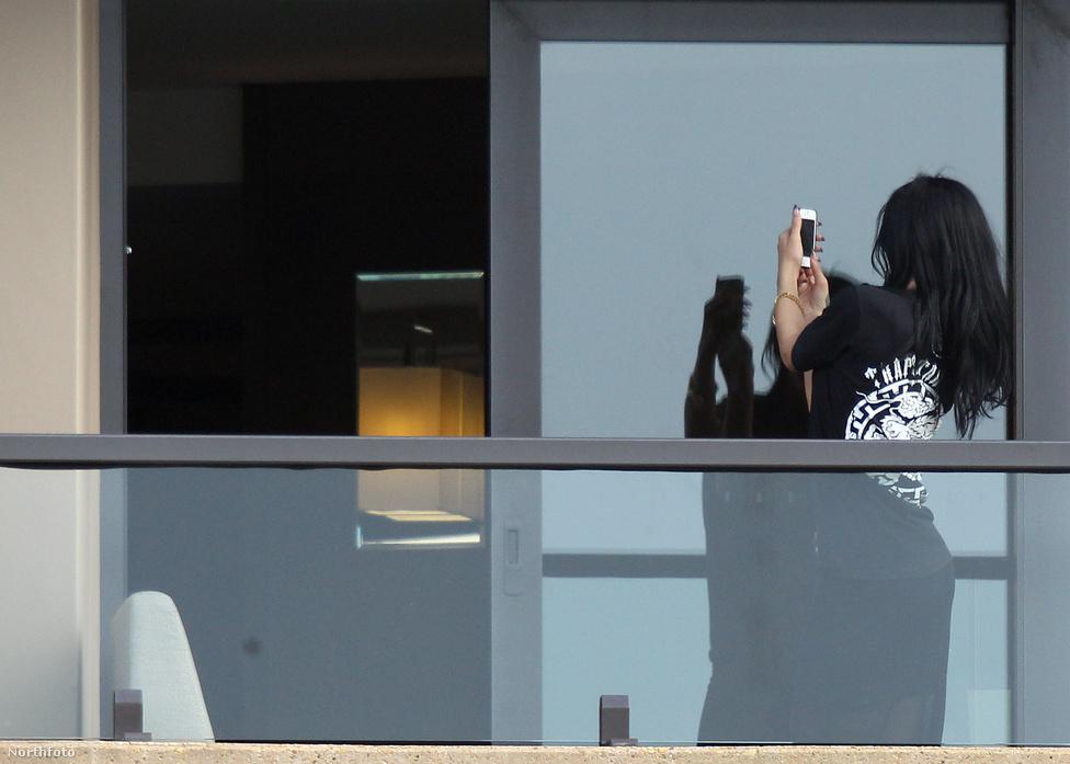 2012. áprilisi lesifotó: készül az internetes bulvármédia kedvenc új műfajának egyik darabja. A barbadosi származású énekesnő, Rihanna saját magát fotózza Iphone készülékével. A hasonló körülmény közt készülő privát képek aztán szándékosan, vagy véletlenül előbb-utóbb a neten landolnak.